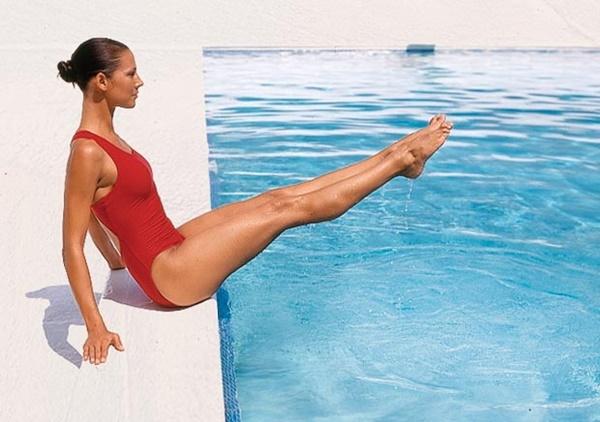 Nhấc chân bài tập giảm cân dưới nước cho vùng bụng